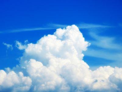 窓から見えた夏の入道雲の様子