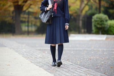 制服の女子学生の様子
