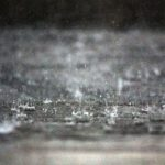 激しい雨が打ち付けている様子