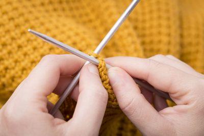 編み物をしている様子