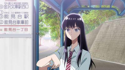 バス停でバスの時間を確認するあきらの様子